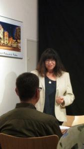 Claudia Schmid begrüßt die Gäste