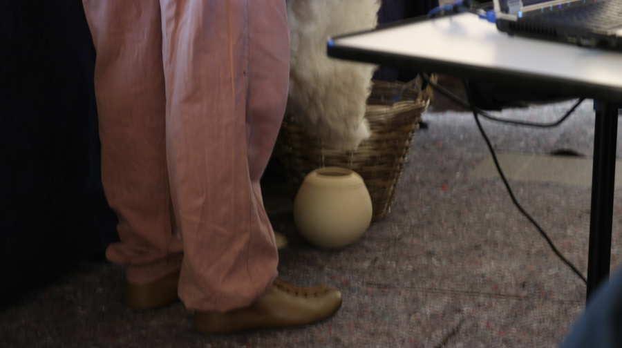 Traubensaft wird mit Hilfe einer Tierhaut in ein Gefäß gefüllt (c) Carmen Vicari